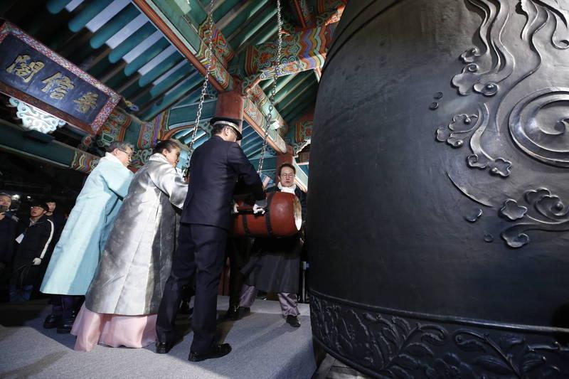 首爾光化門普信閣新年敲鐘儀式今年因疫情嚴峻而取消,為67年來首次。圖為2020年1月1日敲鐘儀式。(歐新社)