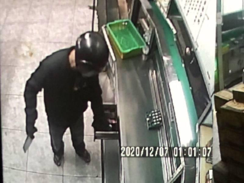 1名頭戴全罩式安全帽男子,今天凌晨1點涉嫌持菜刀打劫高雄永安檳榔攤,得手6000元後騎車逃逸無蹤。(記者蘇福男翻攝)