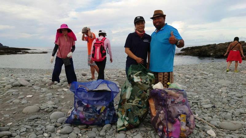 綠島、蘭嶼2離島推動認灘,年初至今已撿回近500公斤垃圾。(圖由台東縣政府提供)