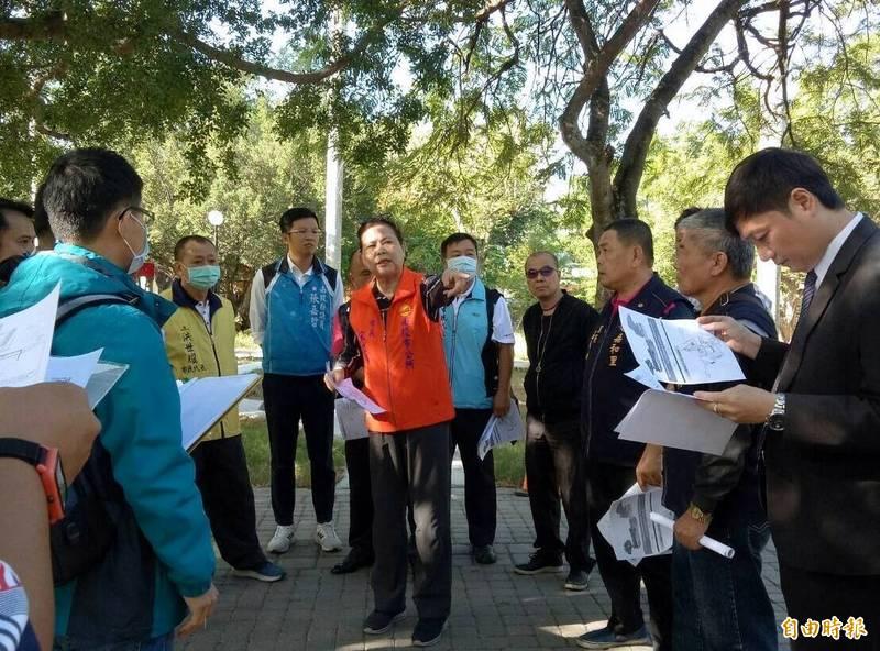 南投市長宋懷琳(中,比手勢者)與地方民眾會勘中山公園情形。(記者謝介裕攝)