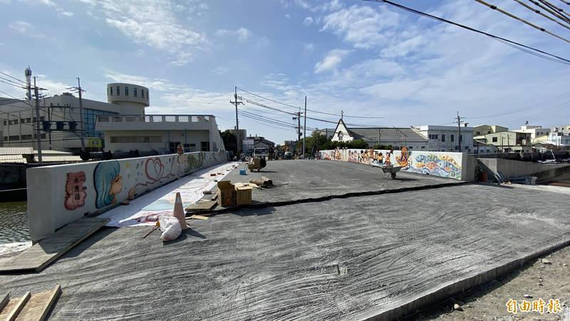 台南市北門區永隆橋改建新的景觀橋,預計下月通車啟用。(記者楊金城攝)