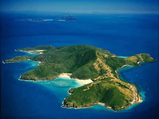 澳洲昆士蘭降靈群島的凱瑟克島(見圖)使用權去年被中國房地產企業「China Bloom」買斷,不但禁止遊客進出,還要求居民「3天內打包離開島」。(圖翻攝自「Keswick Island Reclaim Aussies Rights」臉書)