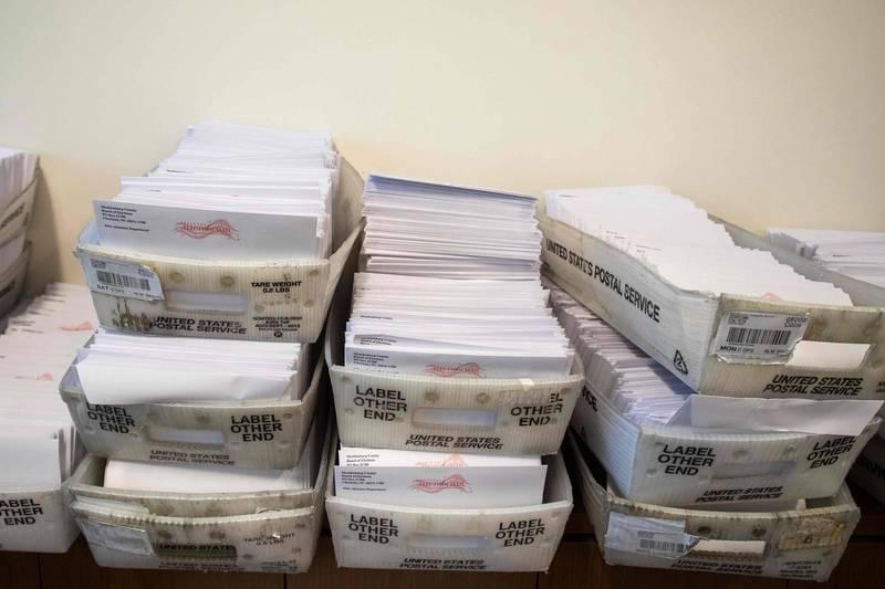 外傳,自稱中共紅3代的伊啓威曝光一段影片,指稱中國廣東地下工廠接到訂單,印製了500萬張美國大選選票。圖為這次美國大選使用的選票。(法新社檔案照)