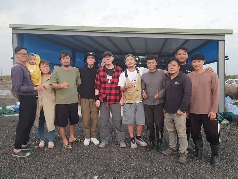 黃秋生(左5)與《開著餐車交朋友》製作團隊參觀黃國良(左3)的養殖魚塭。(黃國良提供)