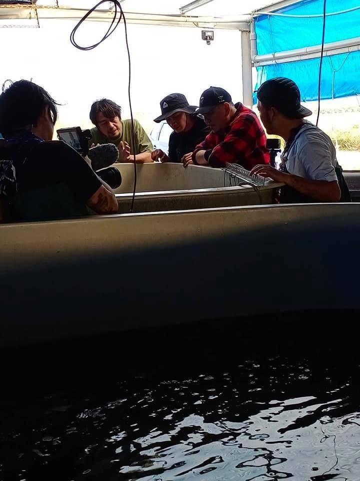 黃秋生《開著餐車交朋友》製作團隊參觀黃國良養殖魚塭。(黃國良提供)