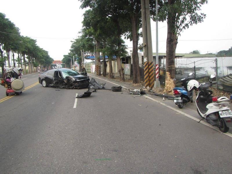 男子自撞路樹受傷送醫,車頭毀損嚴重,樹皮也掉了一大塊。(記者洪臣宏翻攝)