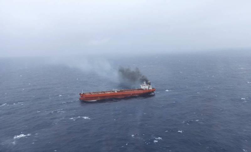 賴比瑞亞籍油輪今早在蘭嶼外海「火燒船」,國搜中心出動海空馳援,下午3時已救出船員8人,並控制住現場火勢。(記者闕敬倫翻攝)
