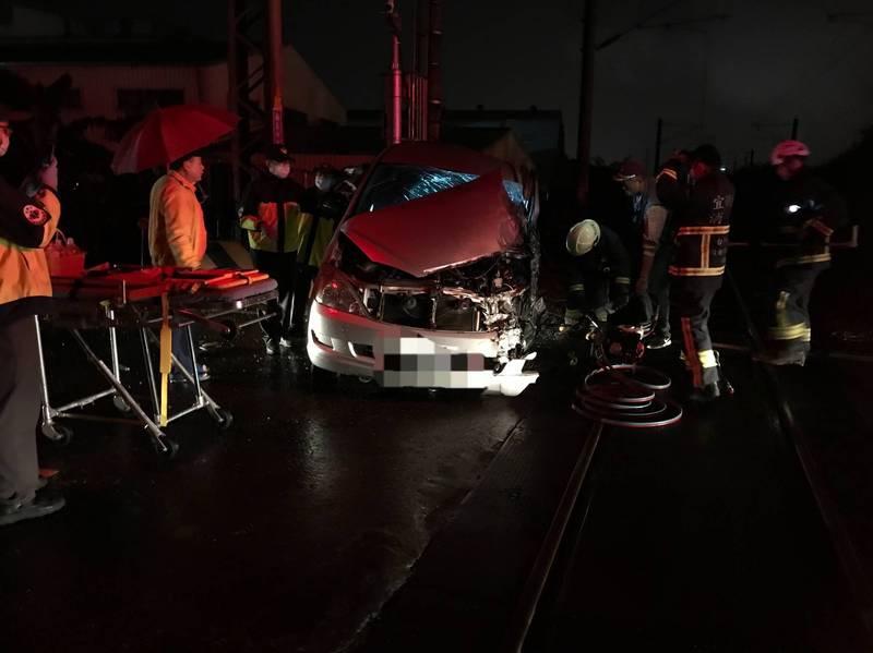 冬山鄉珍珠一路與幸福一路口平交道,今天傍晚5點多發生自小客車與區間車事故,自小客車嚴重受創,2人受傷送醫。(記者江志雄翻攝)