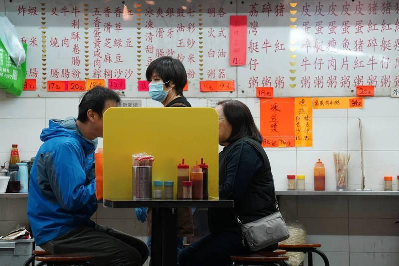 香港第四波武漢肺炎疫情持續惡化,今天更新增100人確診,香港累計的確診人數已突破7000人大關,相當於「每千名港人中,就有1人確診」。(路透)