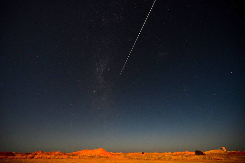 隼鳥2號的密封艙在澳洲南部沙漠著陸,研究人員回收後,今火速送抵日本進行研究。(法新社)