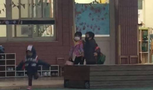 一名爸爸發現女兒跟一名男童手牽手後表示自己心靈嚴重受創。(圖取自「爆廢1公社」)