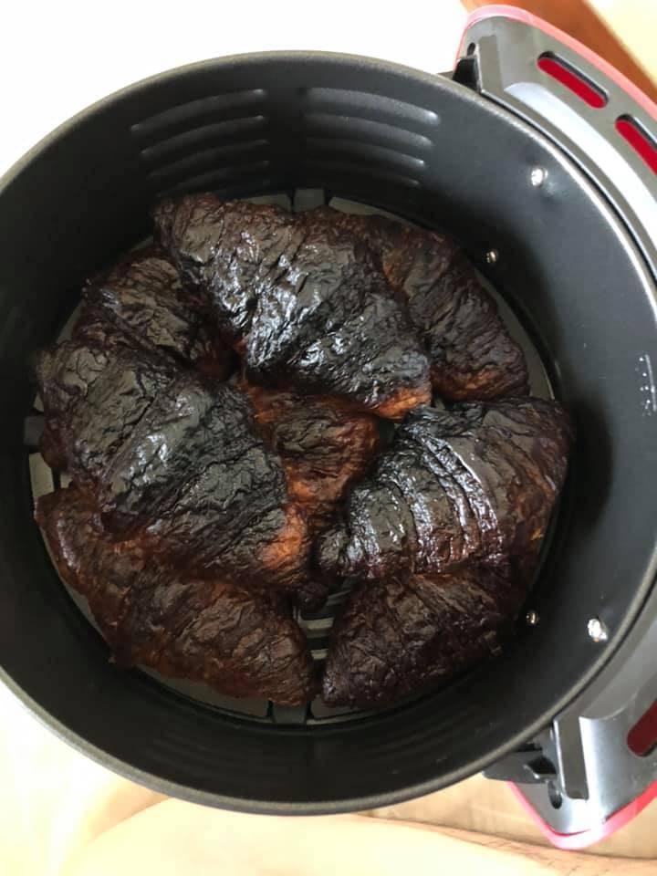 經氣炸鍋200度加熱10分鐘過後,原本可口的可頌麵包竟然全部都化為黑炭。(圖片擷取自爆廢1公社)