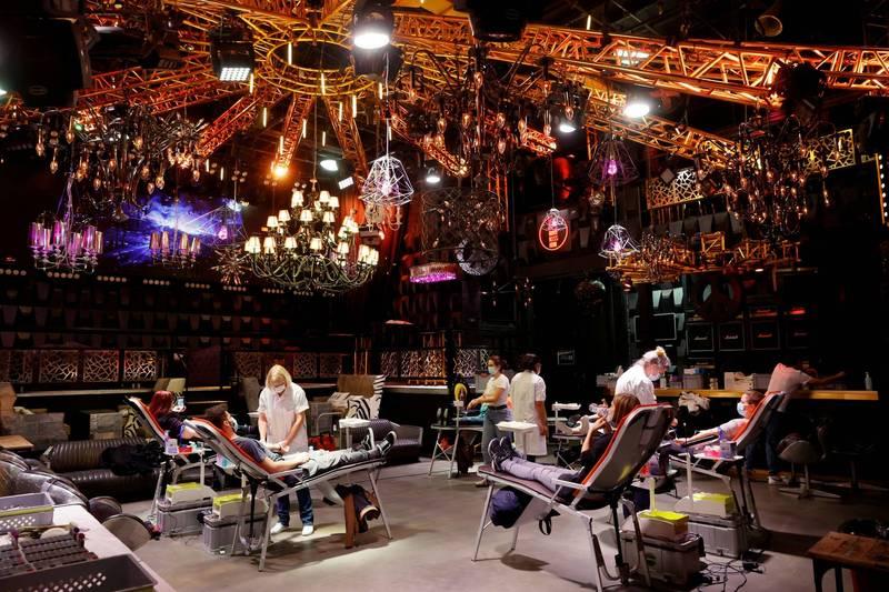 瑞士1間夜店因武漢肺炎關閉了將近10個月,如今改裝成捐血中心。(路透)