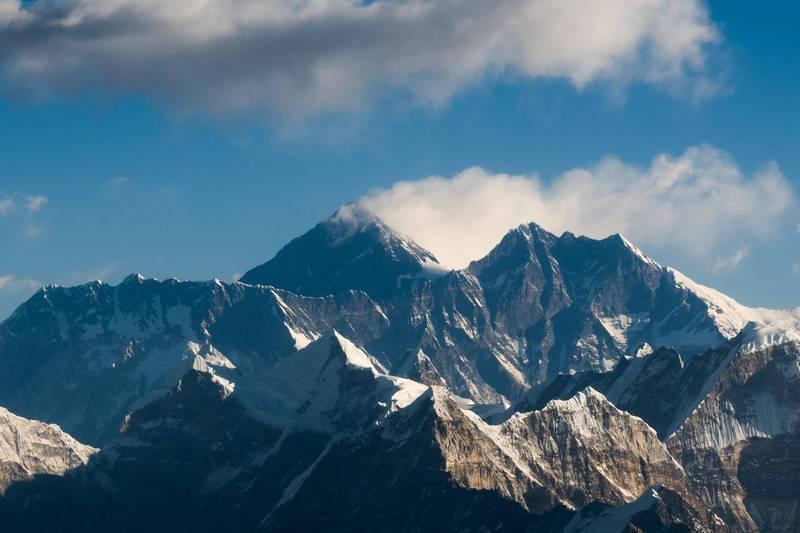 中國和尼泊爾今天宣布聖母峰的新官方高度:8848.86公尺。圖中最高山峰即為聖母峰。(法新社)