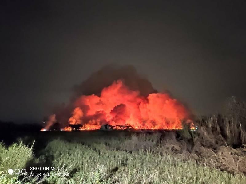 昨晚台南市歸仁一處農地失火,瀰漫性臭味吹往下風處的高雄市,民怨不斷。(資料照)