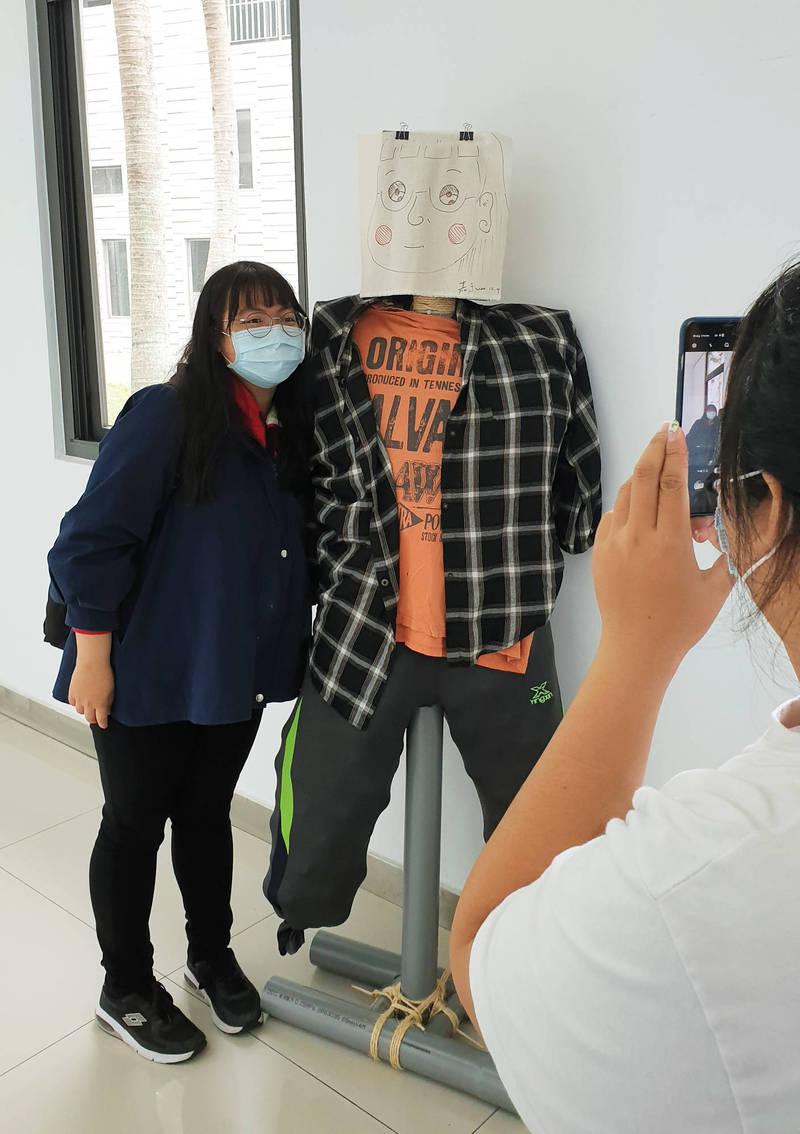 台東大學展出創意稻草人,學生合照打卡。(記者黃明堂翻攝)