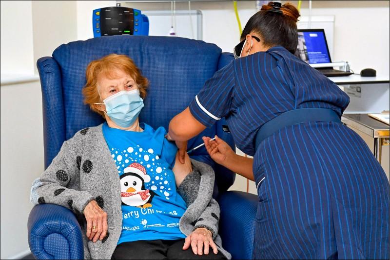 英國8日領先全球,率先批准高齡90歲的北愛爾蘭老婦人基南(Margaret Keenan),施打美國輝瑞大藥廠(Pfizer)和德國BioNTech聯手研發的武漢肺炎疫苗。(法新社)