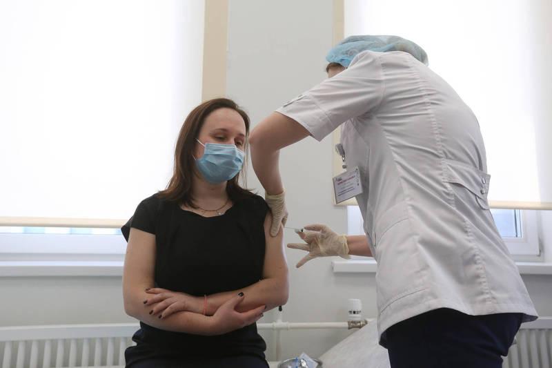 俄羅斯上週開始對民眾進行武漢肺炎國產疫苗「史普尼克V」的接種計畫,不過接種者2個月不能喝酒,可能對嗜酒如命的俄羅斯人造成相當大的痛苦。(彭博)