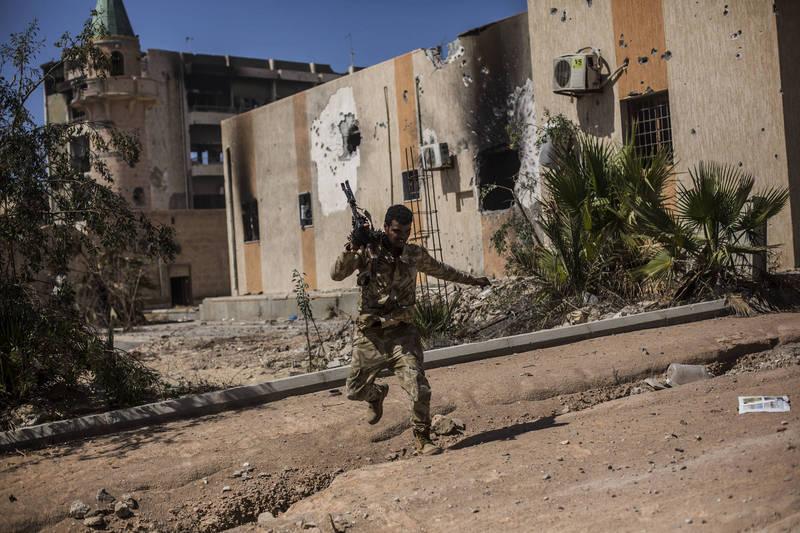 聯合國秘書長古特瑞斯7日向聯合國安理會遞交2年期報告,指在利比亞發現1枚飛彈組成具有伊朗製反戰車飛彈「Dehlavieh」特徵,圖為利比亞政府軍部隊。(美聯社資料照)