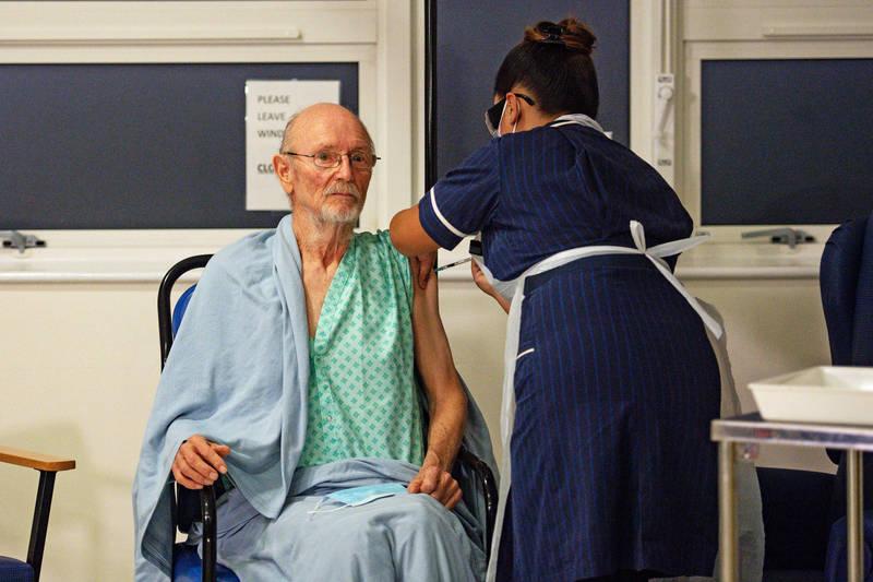英國一位與莎士比亞同名同姓的老翁(見圖)是全球第2個接種輝瑞藥廠武漢肺炎疫苗的人。(彭博檔案照)