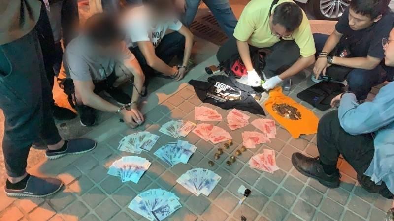 鄧姓(左二)、李姓(左三)雙煞被警方拘提時當場起出剩餘贓款、犯案改造手槍等贓證物。(資料照)