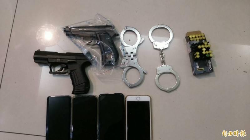 警方攻堅時查獲的槍械、手銬等證物。(資料照)