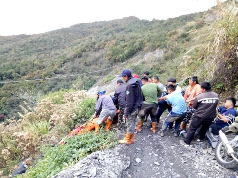 陳男運補物資在能高越嶺道屯原登山口0.6公里處連人帶車墜谷,消防人員及熱心民眾以繩索協助救援。(民眾提供)