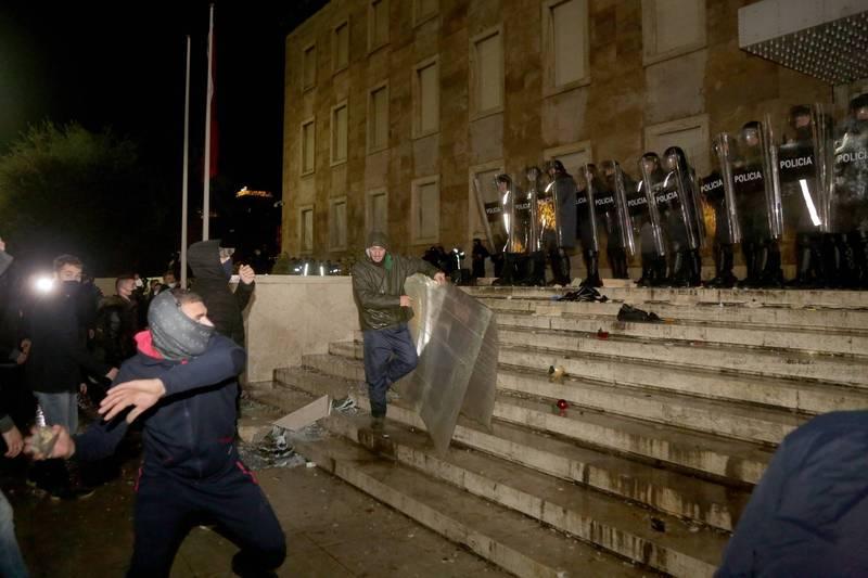 阿爾巴尼亞示威者9日晚間前往首都各政府機關外抗議警方執法過當,爆發警民衝突。(法新社)