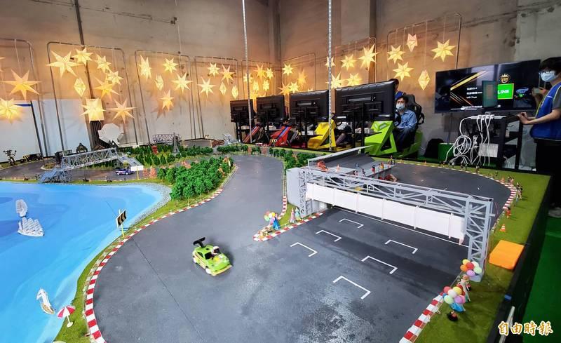 「XR極速尬車」特展,首站從12月起在高雄駁二C8-1倉庫啟動,運用體感裝置,操控遠端的遙控賽車,彷彿用上多啦A夢「縮小燈」的世界,打破VR獨樂樂的模式。(記者張忠義攝)