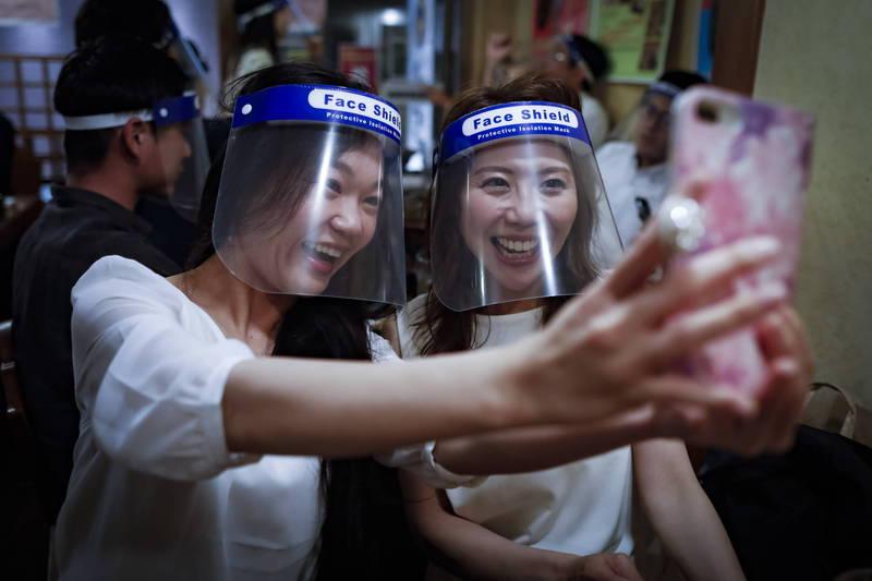 日本福岡大學研究指出,配戴透明面罩沒辦法防疫。(歐新社檔案照)
