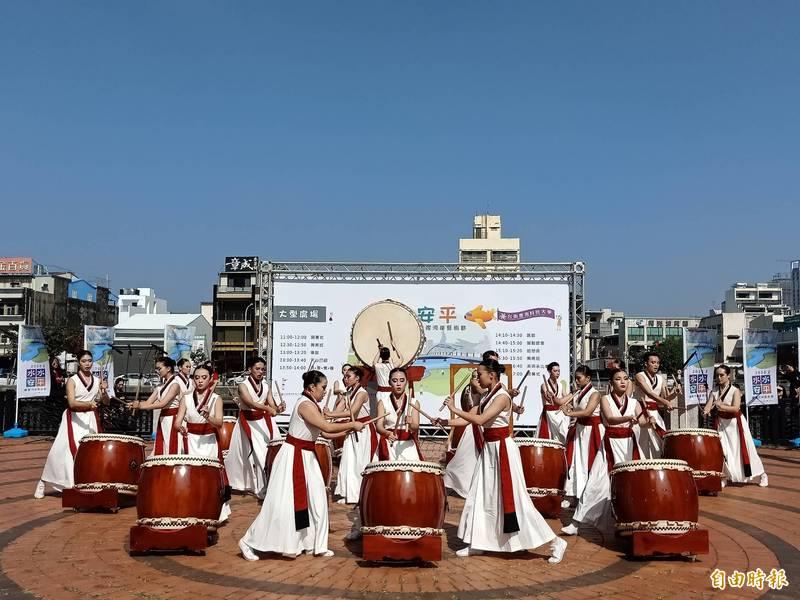 台南應用科大學生現場帶來大鼓表演。(記者王姝琇攝)