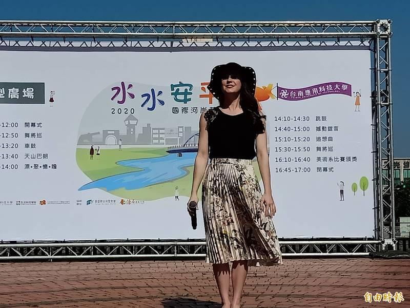 首次來台的英國古典、流行跨界歌手Mary-Jess,在水水安平國際海岸藝術節開幕式帶來演唱。(記者王姝琇攝)