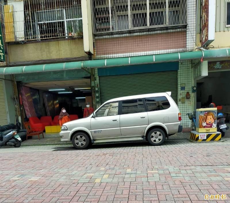 他人的車停家門前,地上未劃紅、黃線,警方表示無法可管。(記者陳文嬋攝)