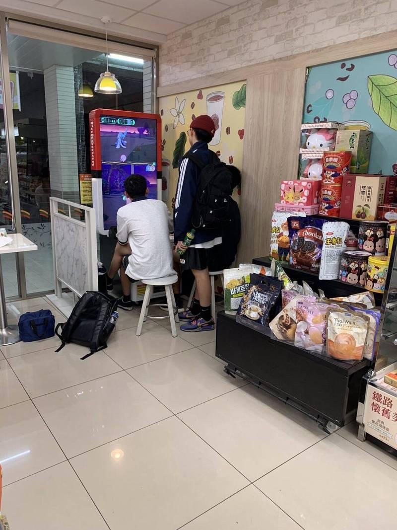 人氣遊戲機「Pokémon Ga-Olé」本月5日在台灣上市,玩家投入30元可獲一張卡匣進行遊戲對戰,並視情況追加購買卡匣,風靡孩子圈。(議員汪志冰提供)