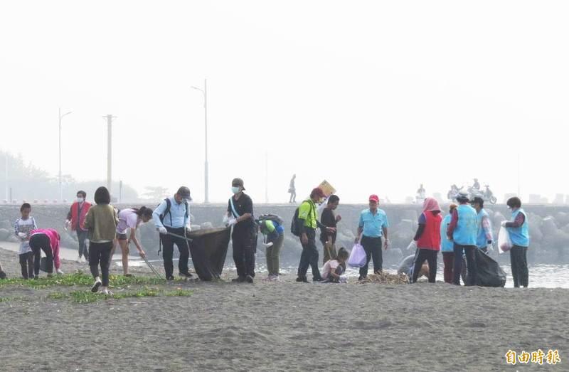 高市環保局今天在林園區舉辦聯合淨灘活動,共清理出1493公斤垃圾。(記者張忠義攝)