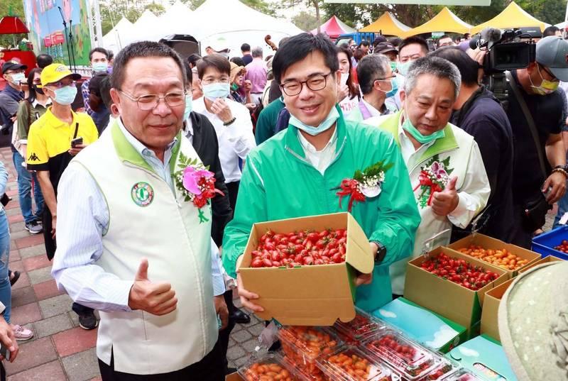 高雄市長陳其邁(中)大讚路竹的鹽地小番茄全台最好吃。(記者許麗娟翻攝)