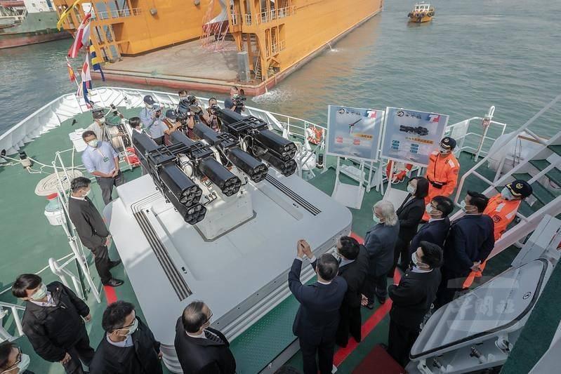 蔡英文總統登上海巡署安平艦,並聽取艦務人員對「鎮海」火箭彈系統的性能簡報。(圖:取自總統府網站)