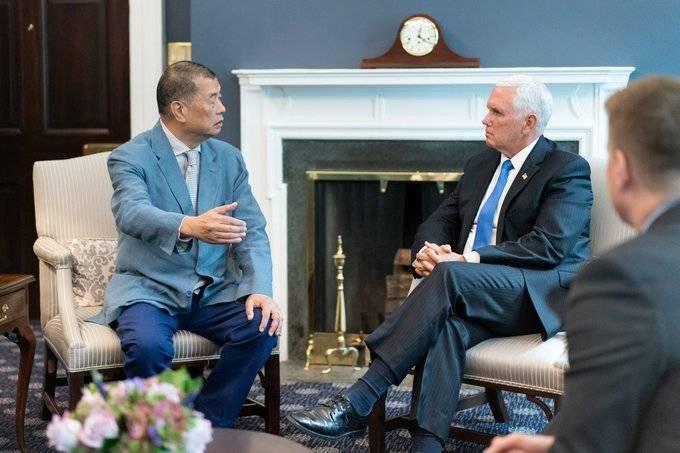 美國副總統彭斯(右)讚黎智英(左)是位英雄,要求港府立即釋放他。(圖擷取自彭斯推特)