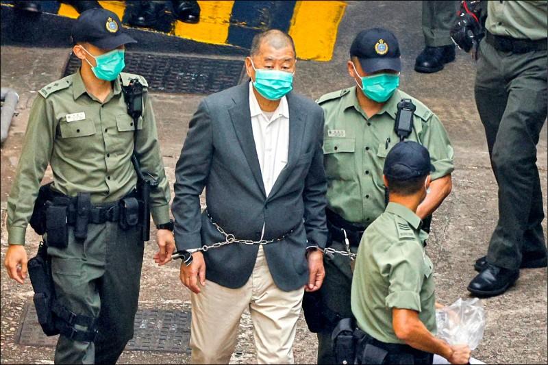 香港「壹傳媒」創辦人黎智英,本月十一日被依港區國安法「勾結外國或者境外勢力危害國家安全」罪名起訴。昨日黎智英被以鐵鍊纏腰鎖手押送重犯方式,押送到法庭。(路透)