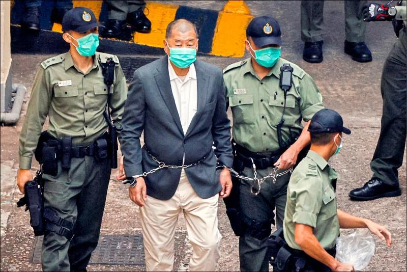 對於黎智英被加控罪名林並續押,兩岸政策協會研究員吳瑟致昨認為,北京當局是趁美國政府交接的空窗期,對香港展開大抓捕,有殺雞儆猴的效果。(路透)