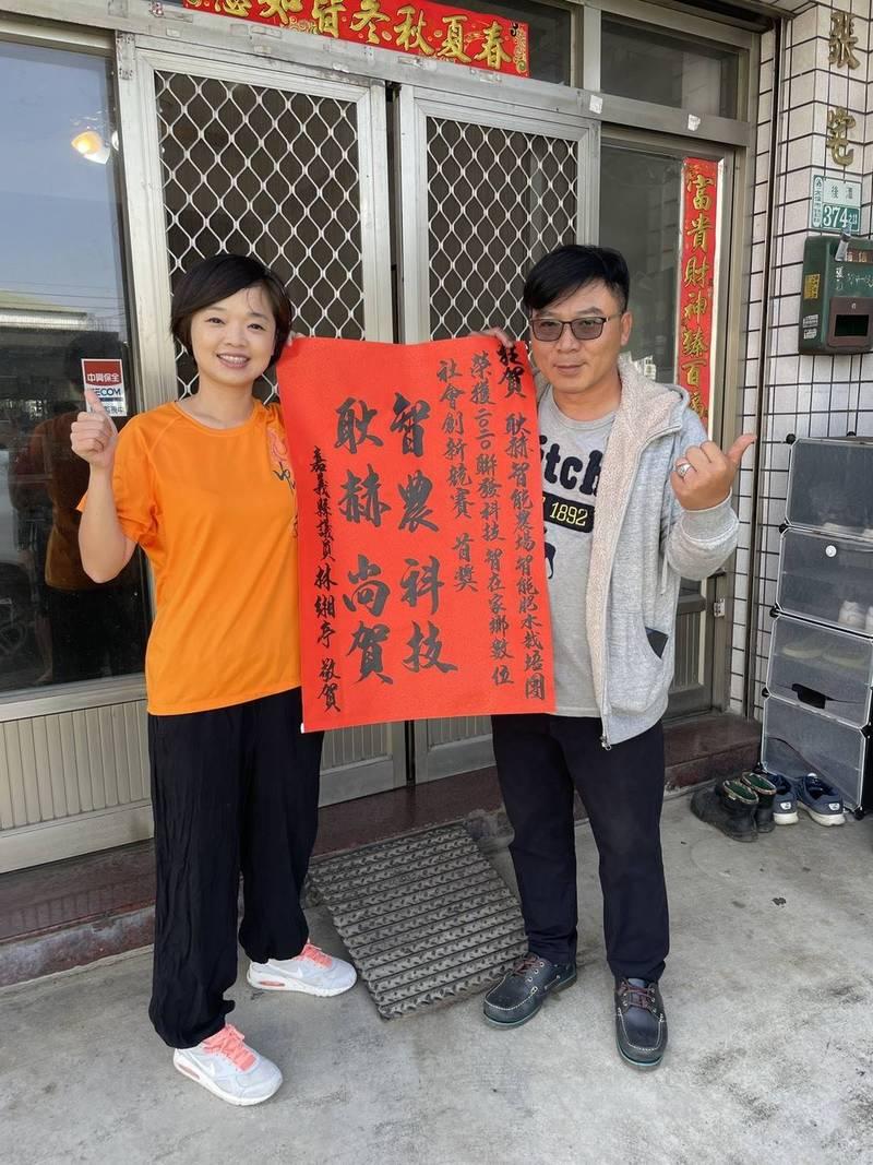 嘉義縣議員林緗亭(左)到張耿赫(右)家中恭賀。(記者林宜樟翻攝)