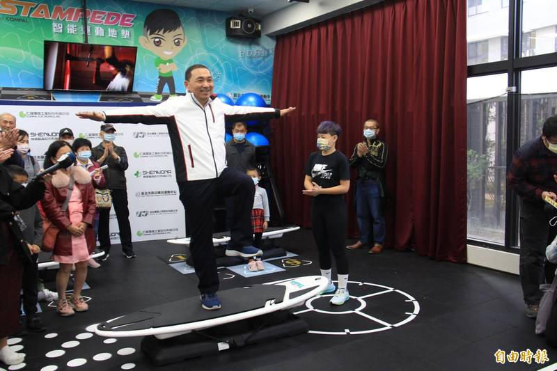 侯友宜現場體驗訓練核心肌群的衝浪板設施。(記者邱書昱攝)