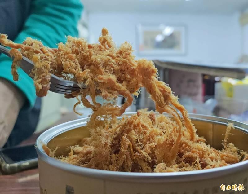 蘇士博指出,製作肉酥關鍵「長纖維」,新鮮現宰的豬肉的纖維質佳,焙炒出的肉酥就會呈現一絲絲、一條條的口感。(記者陳冠備攝)