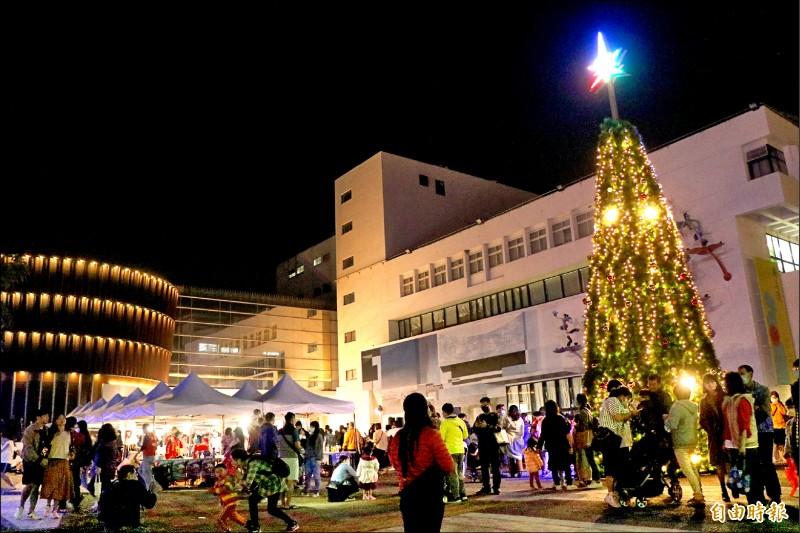 2020台南聖誕燈節—新營文化中心暨綠川廊道燈區昨晚點燈。(記者萬于甄攝)