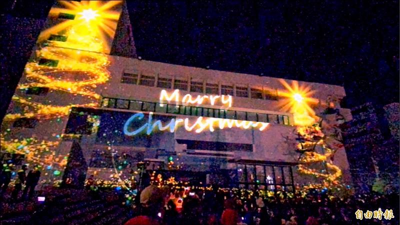 2020台南耶誕燈節—新營文化中心暨綠川廊道燈區昨晚點燈,今年首度搭配現代光影科技,讓民眾相當驚喜。(記者萬于甄攝)
