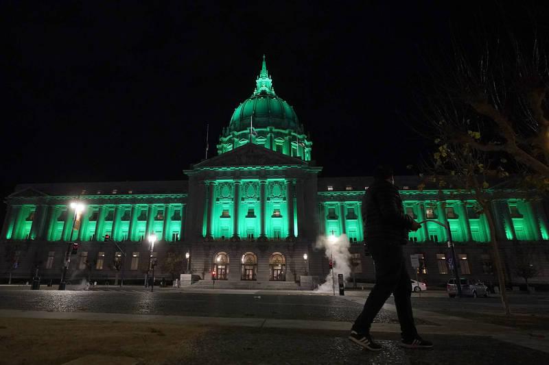 為了紀念巴黎氣候協定五週年,美國舊金山市政廳以綠色燈光照明(美聯社)