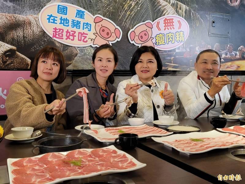 新北市長侯友宜(右)、雲林縣長張麗善(右二)推廣國產在地豬肉,鼓勵民眾消費。(記者賴筱桐攝)