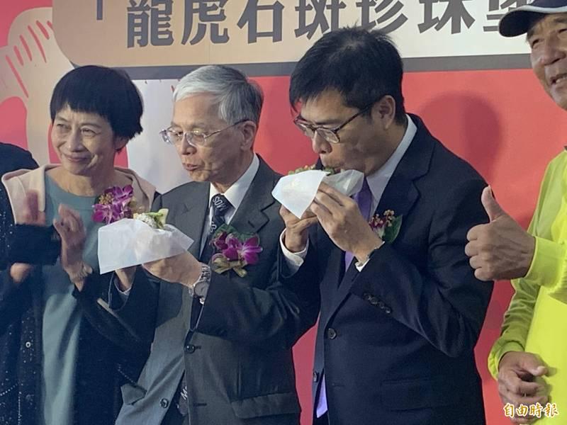 高雄永安區漁會與摩斯漢堡合作,推出「龍虎石斑珍珠堡」,市長陳其邁(右2)出席新品發表會,大口暢快吃漢堡。(記者方志賢攝)