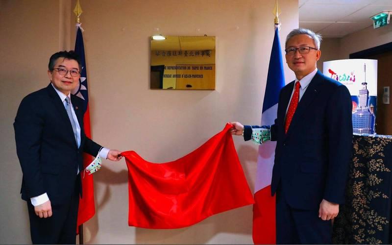 駐法代表吳志中(右)及普羅旺斯辦事處處長辛繼志(左),共同主持開館儀式。(普羅旺斯辦事處提供)