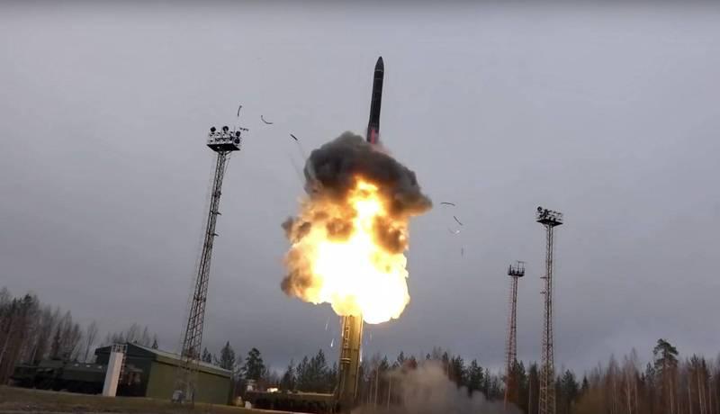 俄羅斯首度向媒體近距離展示「先鋒」高超音速飛彈。圖為先鋒飛彈去年試射時的狀況。(美聯社)